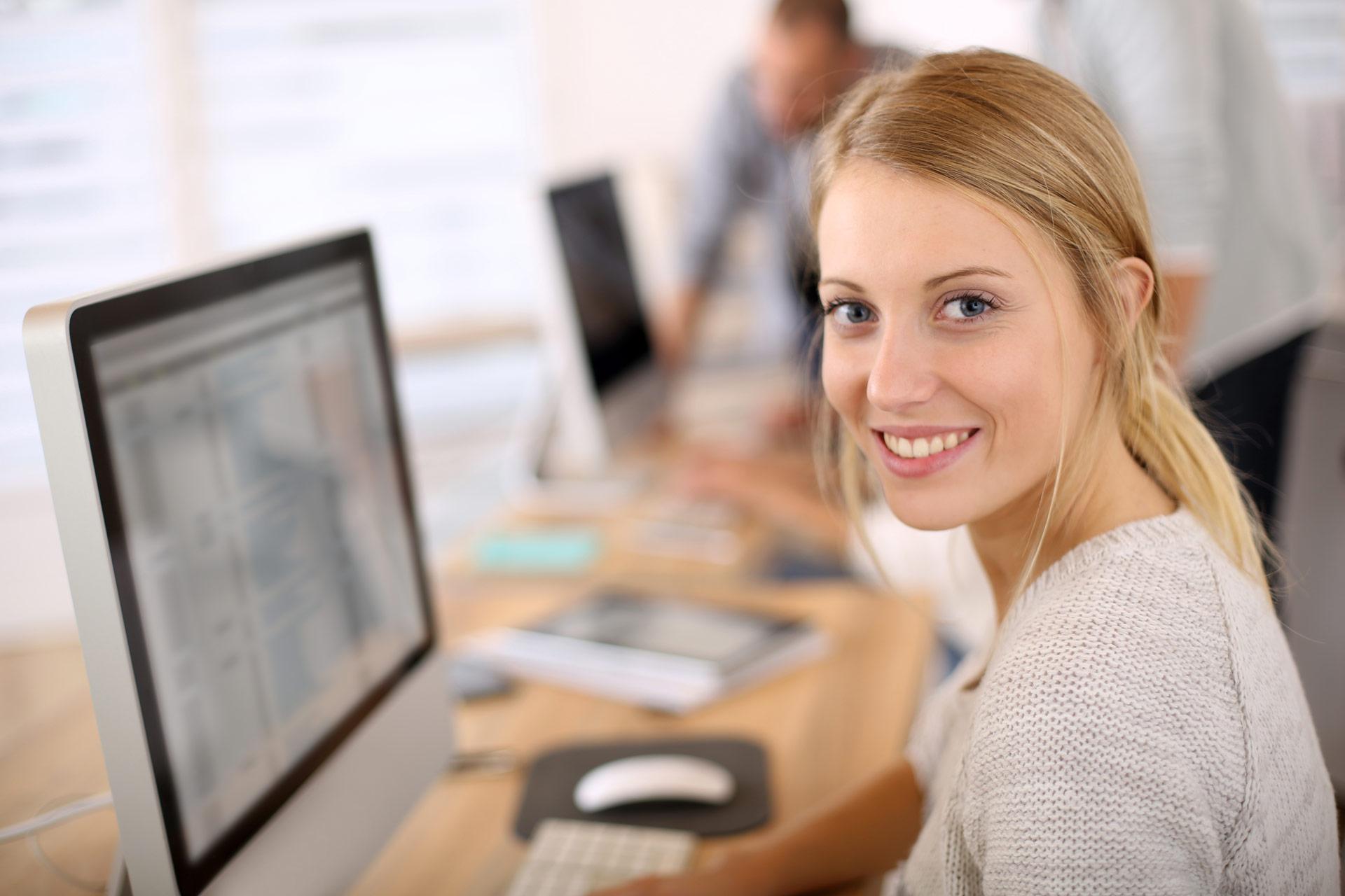Dame ved datamaskin